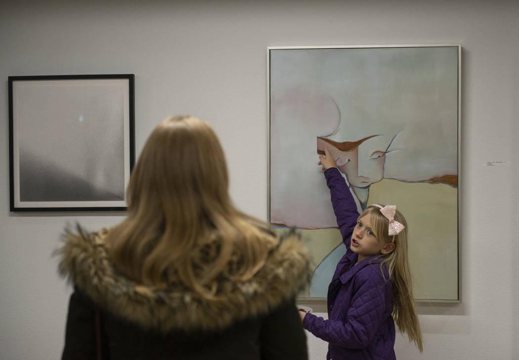 """Diana Orz, de 10 años, de Las Vegas apunta a la obra de arte """"FEATHER HEAD"""" de Gail Gilbert en exhibición en Core Contemporary Gallery en Las Vegas, jueves 6 de diciembre de 2018. Caroline Brehm ..."""