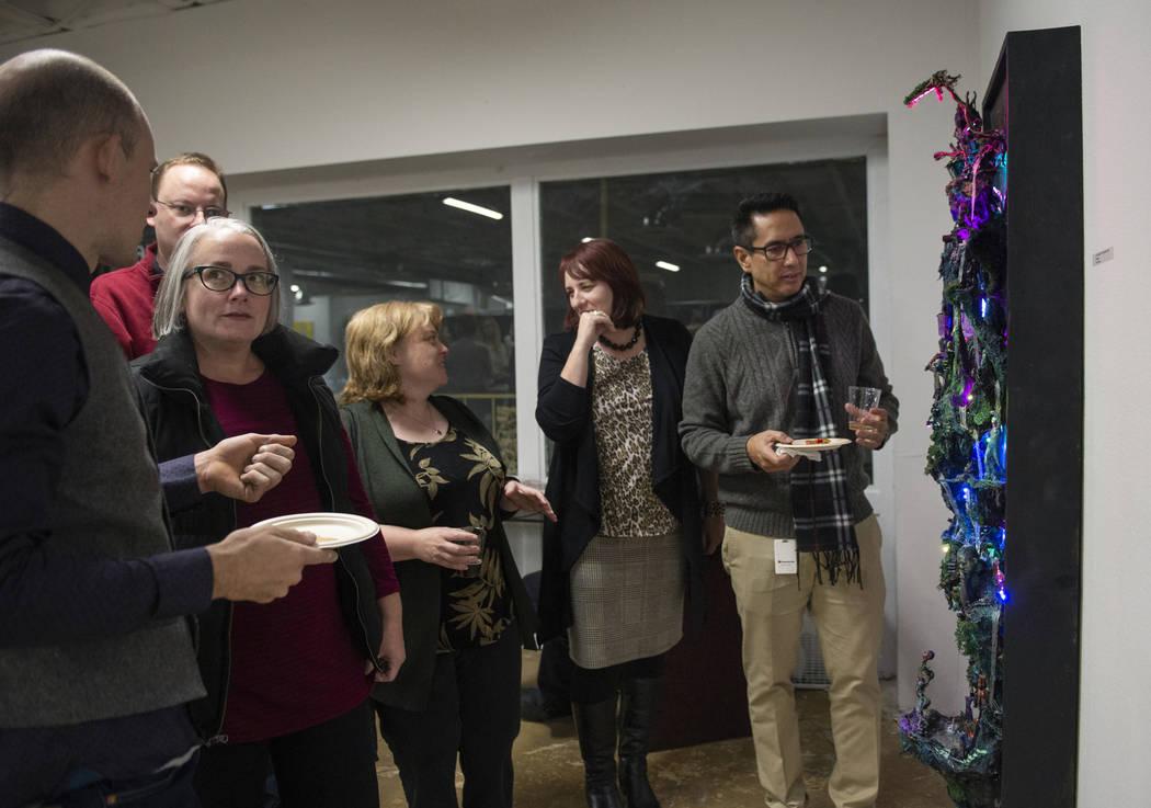 """Los asistentes observan la obra de arte """"THE GARDENS OF ENKI"""" de Kent Caldwell en Core Contemporary Gallery en Las Vegas, el jueves 6 de diciembre de 2018. Caroline Brehman / Las Vegas Review-Journal"""