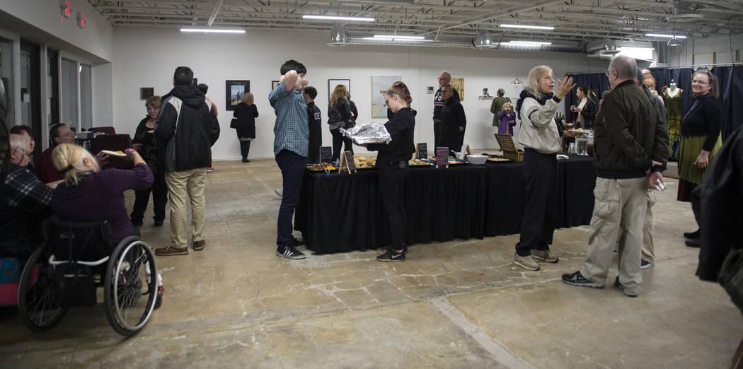 Los asistentes se reúnen para una exhibición en Core Contemporary Gallery en Las Vegas, el jueves 6 de diciembre de 2018. Caroline Brehman / Las Vegas Review-Journal
