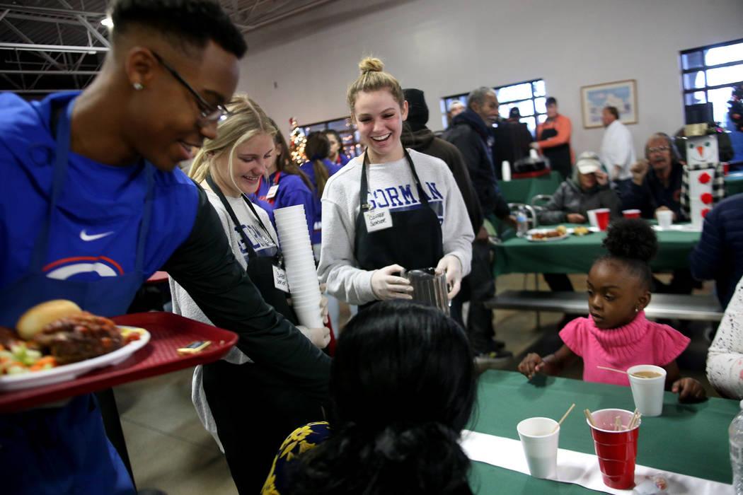 Donovan Smith, 17, desde la izquierda, Hallie Borgel, 17, y Tatum Rowand, 17, hablan con la invitada Laurice Adams en la cena de Navidad patrocinada por la Fundación Frank y Victoria Fertitta, en ...