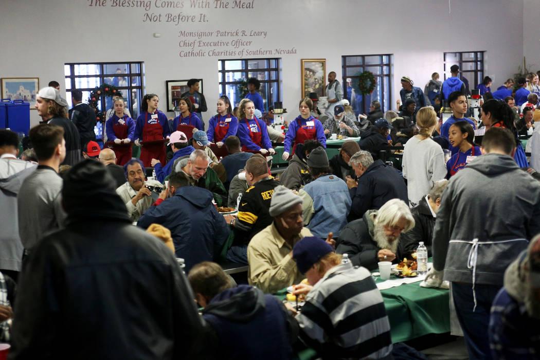 La cena navideña patrocinada por la Fundación Frank y Victoria Fertitta, en Catholic Charities of Southern Nevada en Las Vegas, el domingo 16 de diciembre de 2018. Estudiantes de los equipos de ...