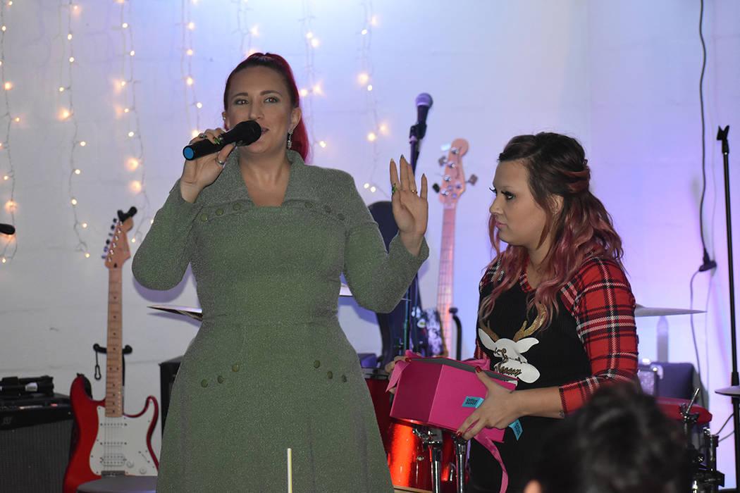 La cantante local Kaci Machacyk dirigió una rifa de obsequios entre el público y artistas presentes. Sábado 15 de diciembre de 2018 en Luces de Bohemia. Foto Anthony Avellaneda / El Tiempo.