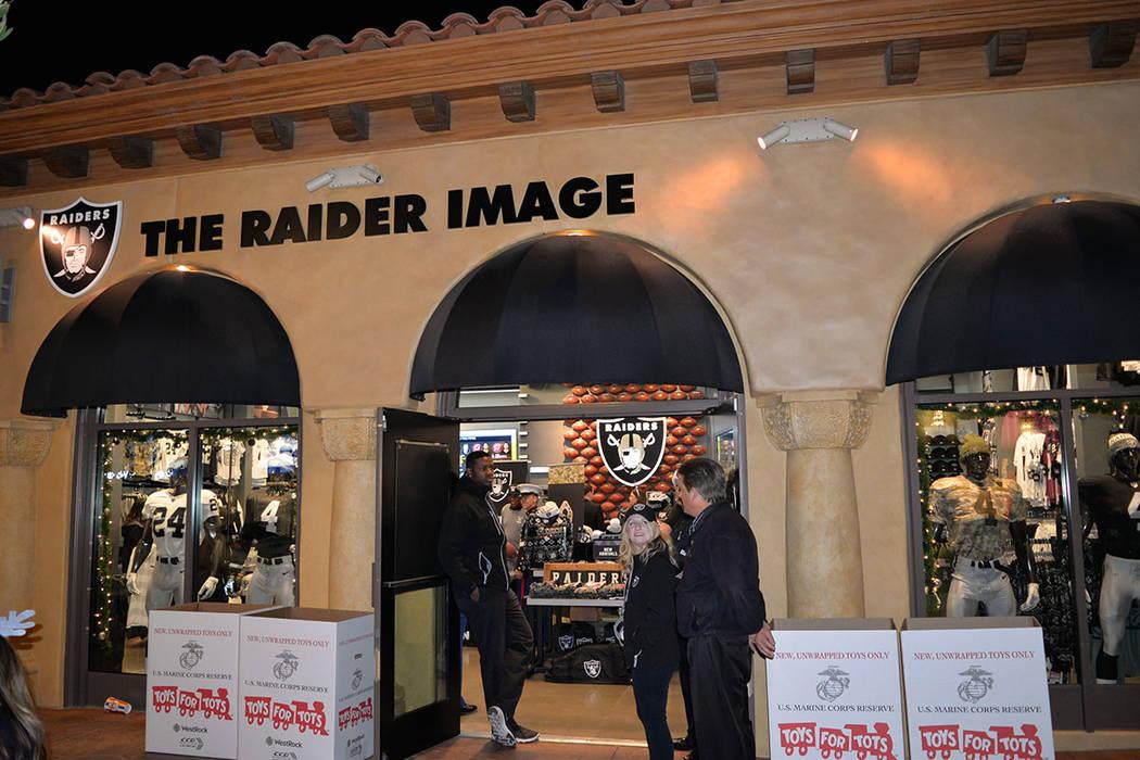 Los Raiders siguen están anotando puntos en caridad y eventos comunitarios. Viernes 14 de diciembre de 2018, en Raider Image de Town Square. Foto Frank Alejandre / El Tiempo.