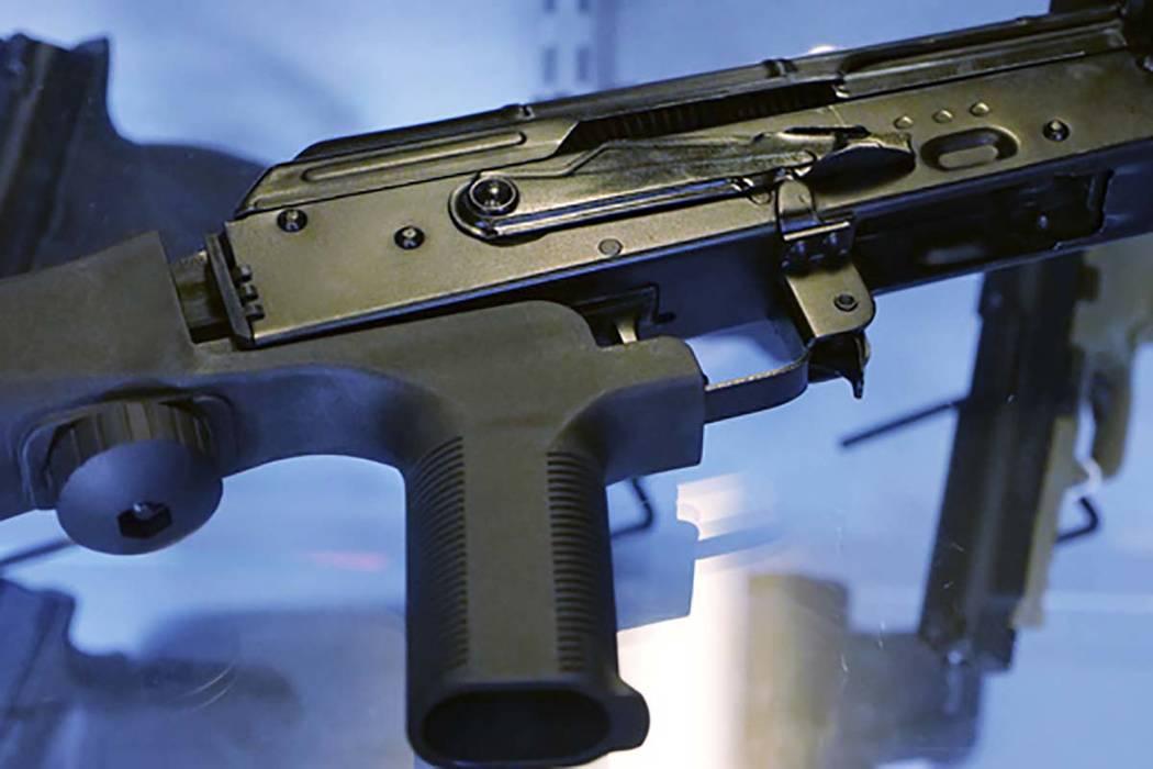 """Esta fotografía de archivo del 4 de octubre de 2017, muestra un """"automatizador de arma"""" conectado a un rifle semiautomático en una tienda de armas y campo de tiro en Utah. (Rick Bowmer / Archivo AP)"""