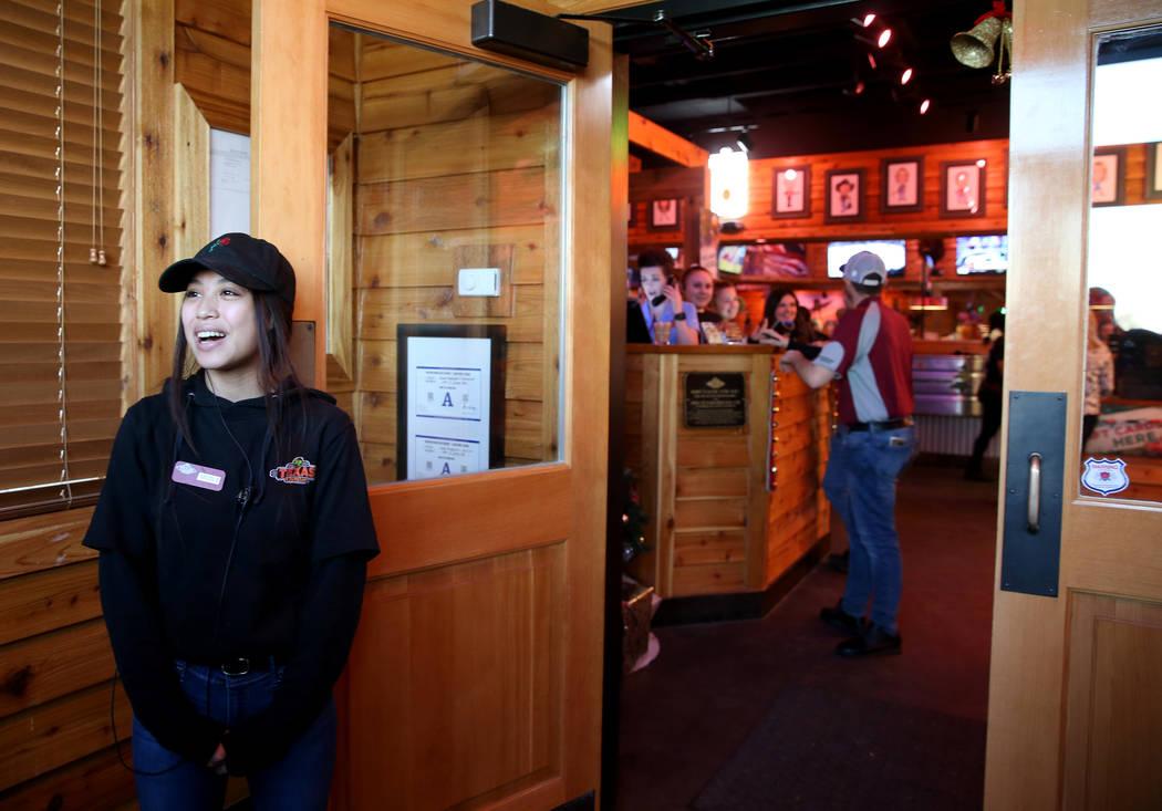 La anfitriona Nicole Kochensparger da la bienvenida a los invitados a Texas Roadhouse en 1380 E. Craig Road en el norte de Las Vegas el miércoles 12 de diciembre de 2018. K.M. Cannon Las Vegas Re ...