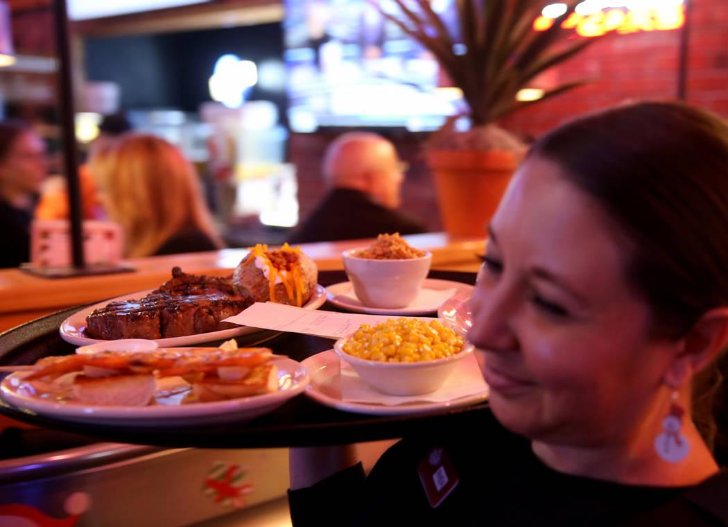 La servidora Rhea Lantelme ofrece cenas en Texas Roadhouse en 1380 E. Craig Road en North Las Vegas el miércoles 12 de diciembre de 2018. K.M. Cannon Las Vegas Review-Journal @KMCannonPhoto