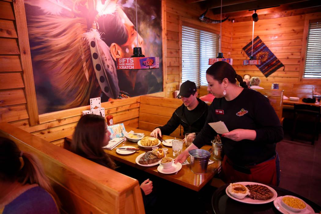 El servidor Rhea Lantelme ofrece cenas a Donna Delavega y Matt Booth de Las Vegas en Texas Roadhouse en 1380 E. Craig Road en North Las Vegas el miércoles 12 de diciembre de 2018. K.M. Cannon Las ...