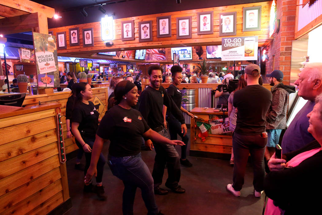 Los miembros del personal bailan en Texas Roadhouse en 1380 E. Craig Road en el norte de Las Vegas el miércoles 12 de diciembre de 2018. K.M. Cannon Las Vegas Review-Journal @KMCannonPhoto