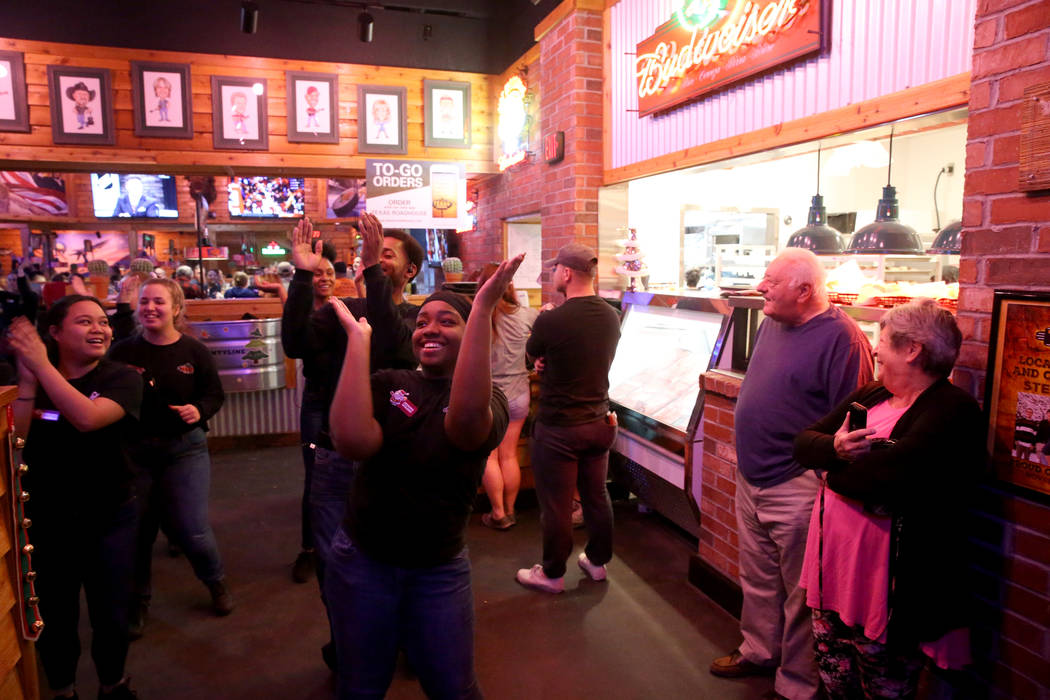 Miembros del personal, incluida la anfitriona Kemani Williams, bailan en Texas Roadhouse en 1380 E. Craig Road en North Las Vegas el miércoles 12 de diciembre de 2018. K.M. Cannon Las Vegas Revie ...