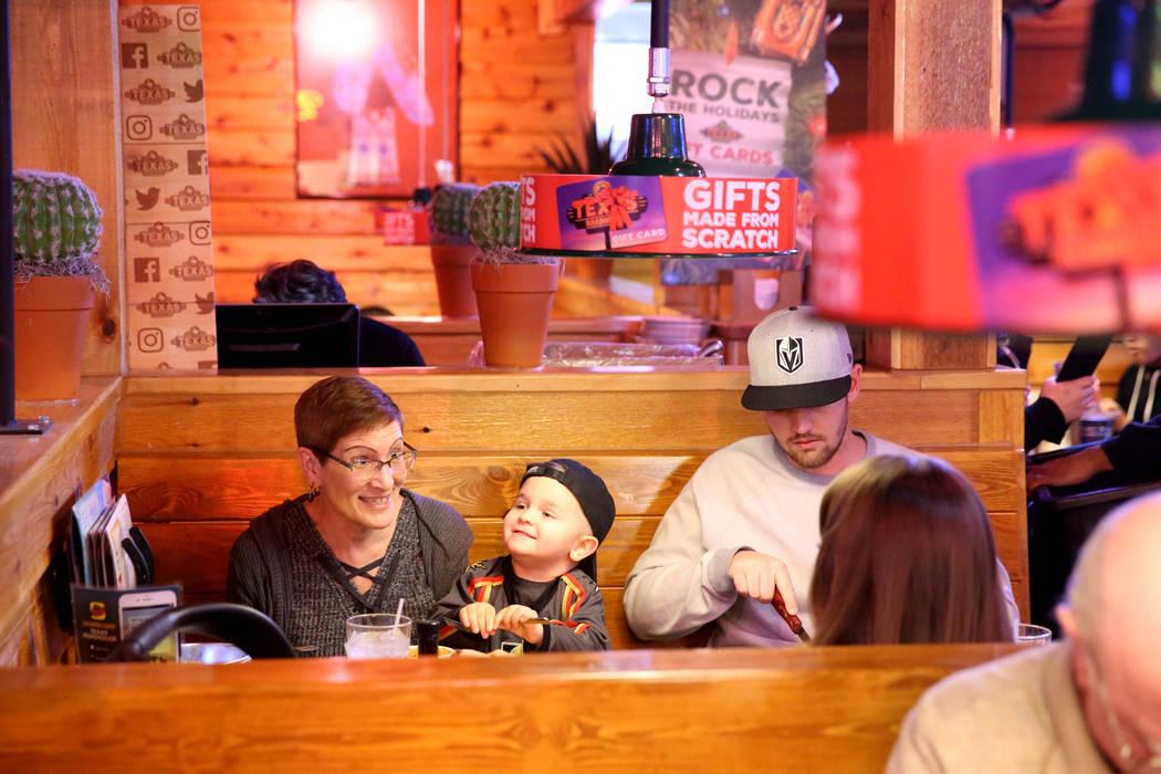 Sue Pinney, a la izquierda, come con su hijo Jacob Pinney, su nieto Kassian Pinney, de 3 años, y su nuera Rayna Pinney, todas de Las Vegas, en Texas Roadhouse en 1380 E. Craig Road, en North Las ...