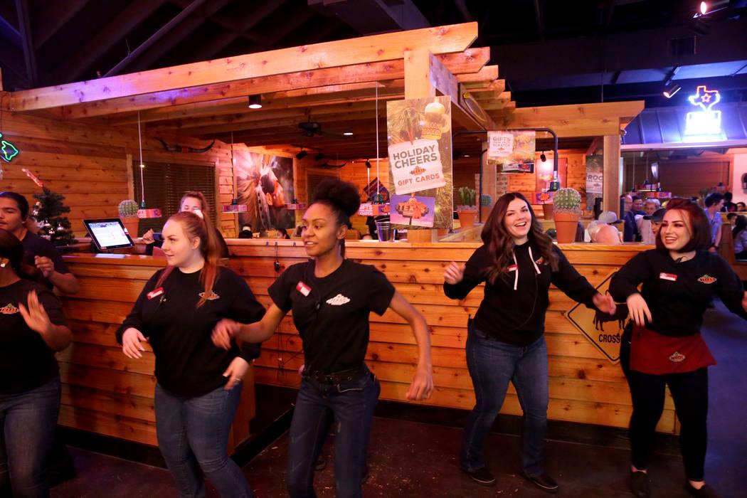 Los miembros del personal bailan en Texas Roadhouse en 1380 E. Craig Road en North Las Vegas el miércoles 12 de diciembre de 2018. K.M. Cannon Las Vegas Review-Journal @KMCannonPhoto