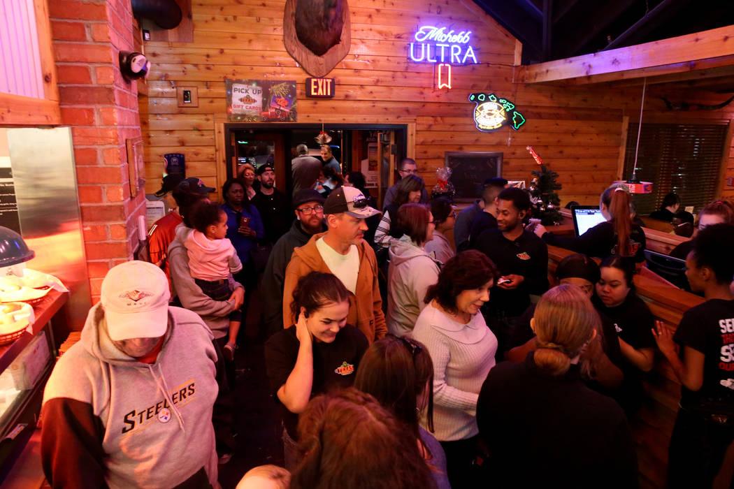Los invitados esperan mesas en Texas Roadhouse en 1380 E. Craig Road en North Las Vegas el miércoles 12 de diciembre de 2018. K.M. Cannon Las Vegas Review-Journal @KMCannonPhoto