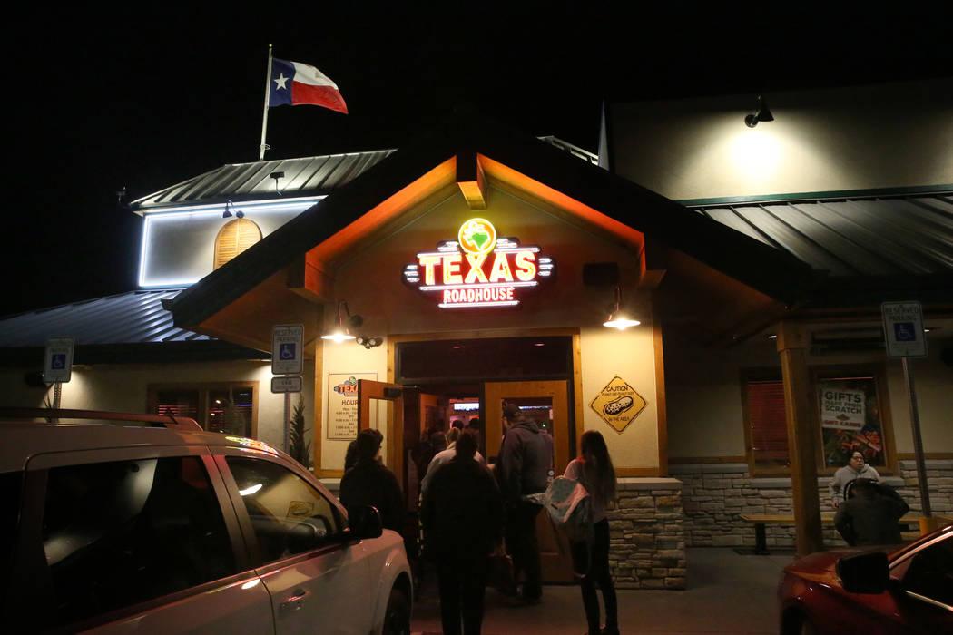 Los invitados llegan y esperan las mesas en Texas Roadhouse en 1380 E. Craig Road en North Las Vegas el miércoles 12 de diciembre de 2018. K.M. Cannon Las Vegas Review-Journal @KMCannonPhoto