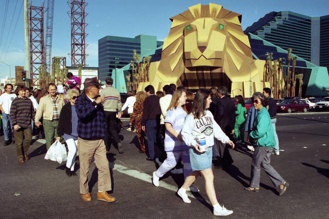 Los peatones caminan a lo largo del bulevar Las Vegas a las afueras de MGM Grand en diciembre de 1993. (Archivo de Las Vegas Review-Journal)