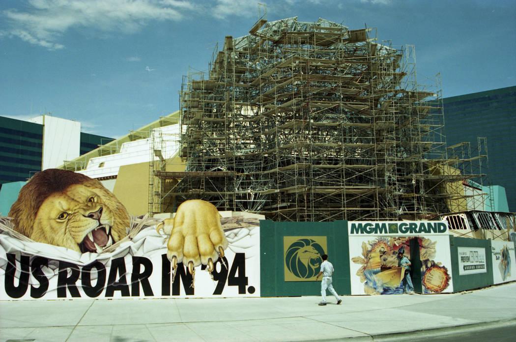 """MGM Grand en construcción en julio de 1993. La pancarta en el frente dice """"Míranos rugir en 94"""". (Archivo de Las Vegas Review-Journal)"""