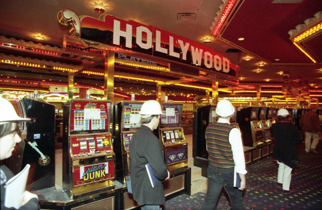 """Una gira previa a la apertura del MGM Grand en noviembre de 1993. El multimillonario Kirk Kerkorian modeló el resort después de la película """"El mago de Oz"""" y el resort incluyó un parque temát ..."""