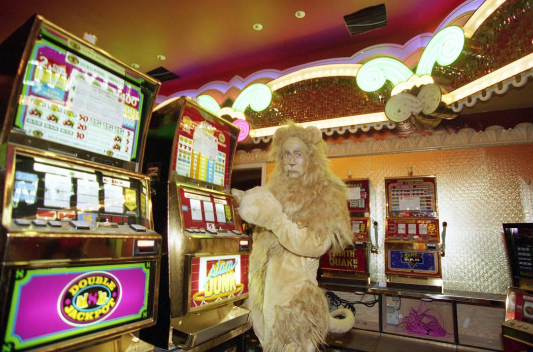 """El león cobarde de la película """"El mago de Oz"""" juega a las máquinas tragamonedas durante una gira previa a la inauguración del MGM Grand en noviembre de 1993. MGM Grand fue el primer hotel, ca ..."""