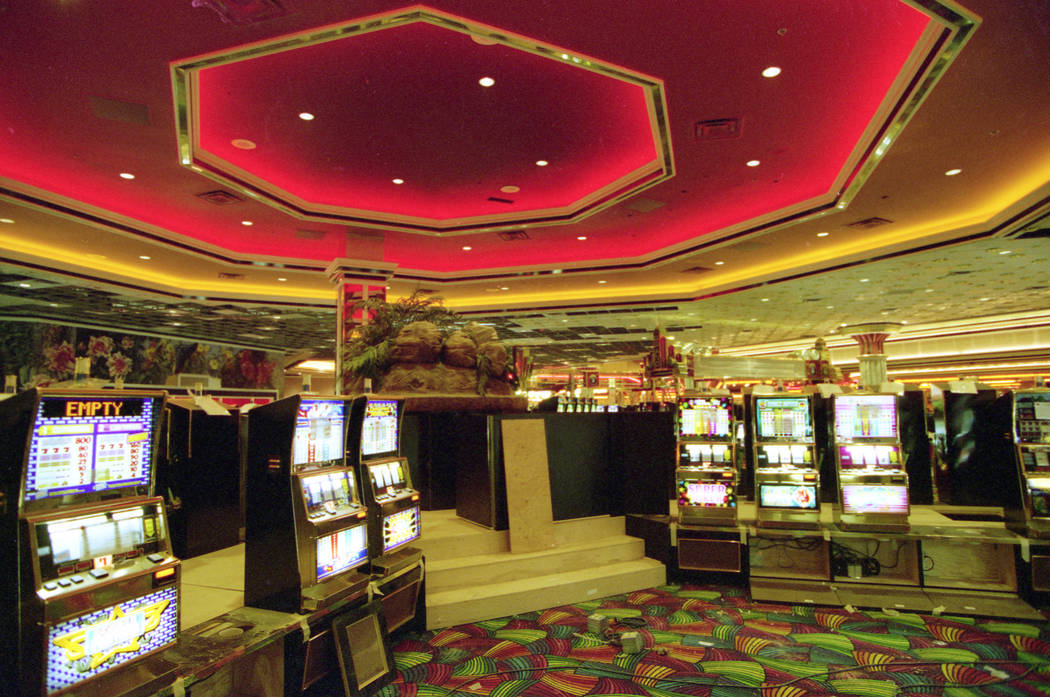 El piso del casino MGM Grand se muestra durante una gira previa a la apertura en noviembre de 1993. (Archivo de Las Vegas Review-Journal)