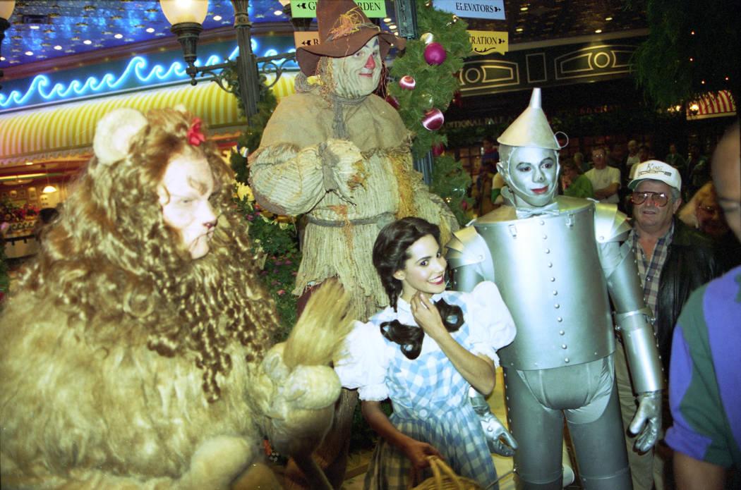 """Los personajes de la película """"El Mago de Oz"""" asistieron a la gran inauguración de MGM Grand el 18 de diciembre de 1993. MGM Grand era el hotel y casino más grande del mundo en este momento y e ..."""