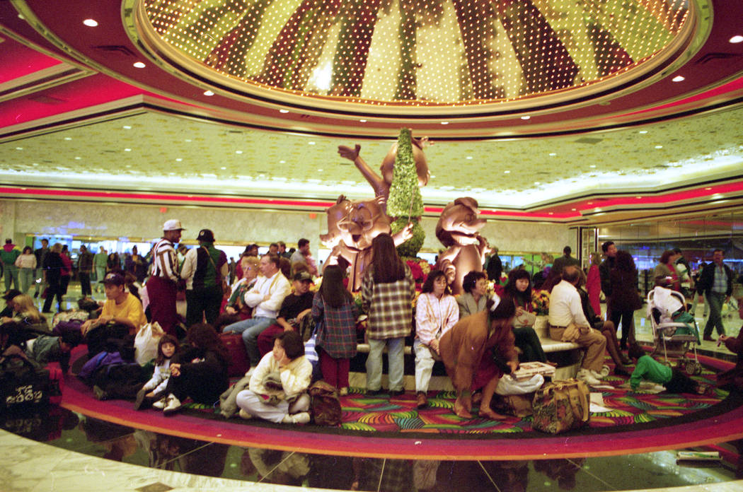 Las multitudes llenan el vestíbulo del hotel MGM Grand para hacer reservas en un hotel de 5 mil 5 habitaciones en diciembre de 1993. (Archivo de Las Vegas Review-Journal)