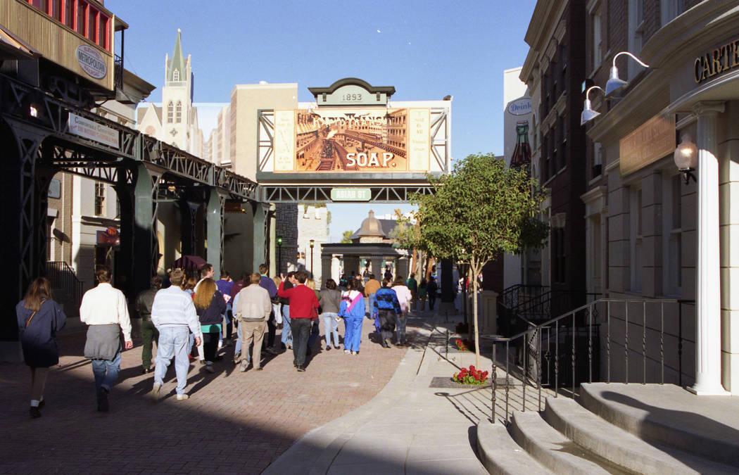 Una pasarela peatonal en el parque temático MGM Grand en diciembre de 1993. (Archivo de Las Vegas Review-Journal)