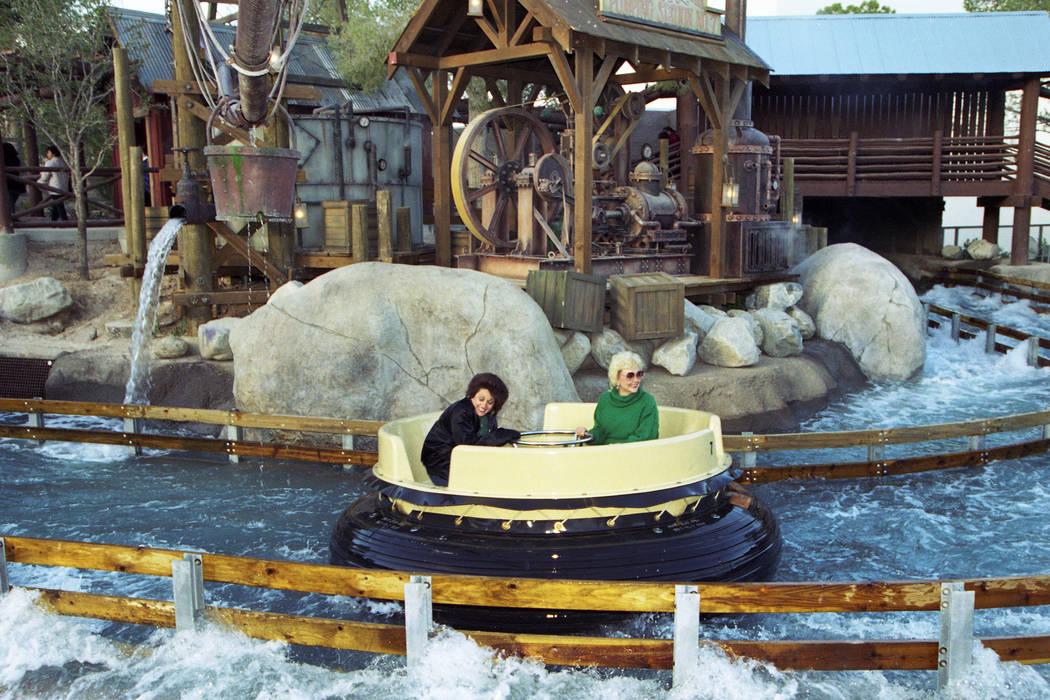 Paseo en balsa por los Grand Canyon Rapids en el parque temático MGM Grand Adventures. El parque se abrió al público el 18 de diciembre de 1993. (Archivo de Las Vegas Review-Journal)