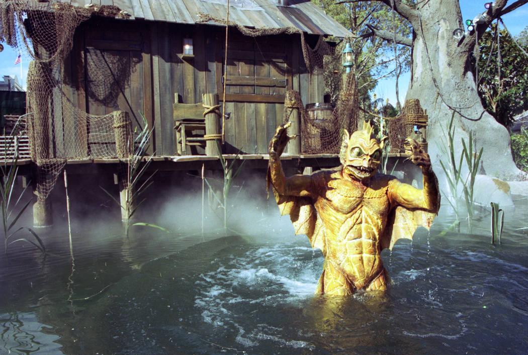 Una criatura del pantano sale del agua durante el recorrido por el río Backlot en el parque temático MGM Grand Adventures. El parque se abrió al público el 18 de diciembre de 1993. (Archivo de ...