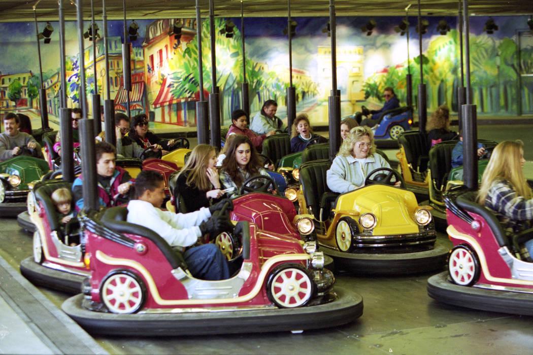 Coches de choque en el parque temático de MGM Grand Adventures. El parque se abrió al público el 18 de diciembre de 1993. (Archivo de Las Vegas Review-Journal)