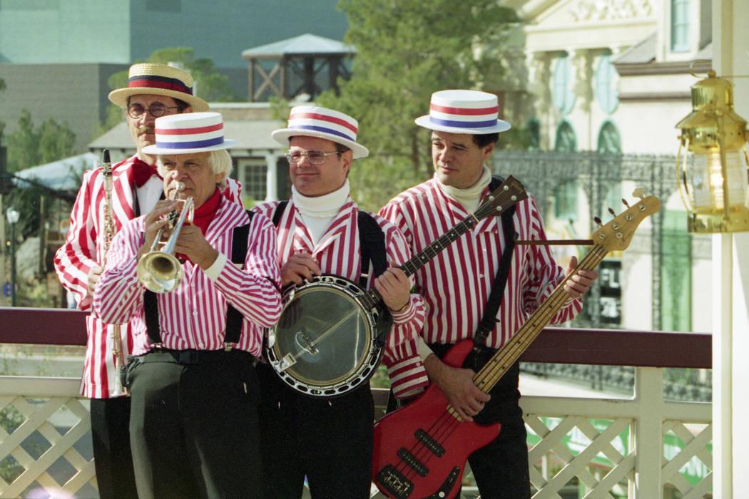 Una banda toca en el parque temático MGM Grand Adventures. El parque se abrió al público el 18 de diciembre de 1993. (Archivo de Las Vegas Review-Journal)