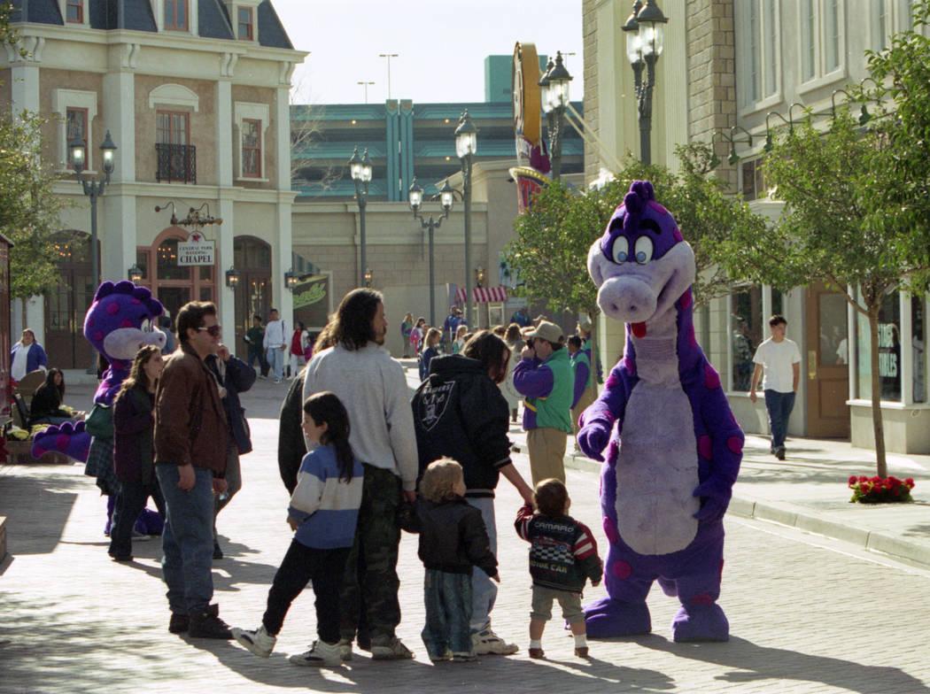 Visitantes con personajes disfrazados en el Parque Temático MGM Grand Adventures. El parque se abrió al público el 18 de diciembre de 1993. (Archivo de Las Vegas Review-Journal)