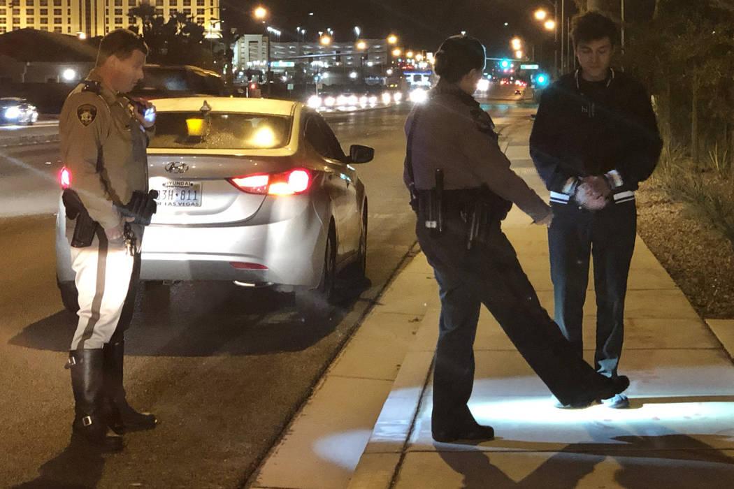 La patrullera de la policía de Nevada, Deborah Huff, instruye a un supuesto conductor incapacitado en las pruebas de sobriedad, mientras que el oficial de policía de Las Vegas Mike Thiele observ ...