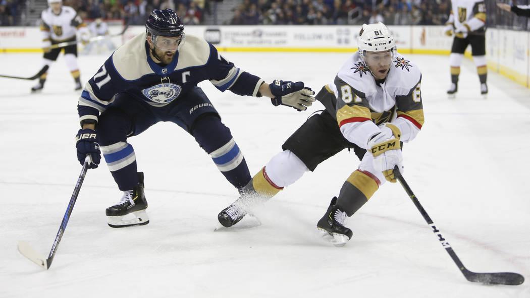 Jonathan Marchessault, de los Golden Knights de Vegas, a la derecha, controla el disco mientras Nick Foligno de Columbus Blue Jackets defiende durante el tercer período de un juego de hockey de l ...