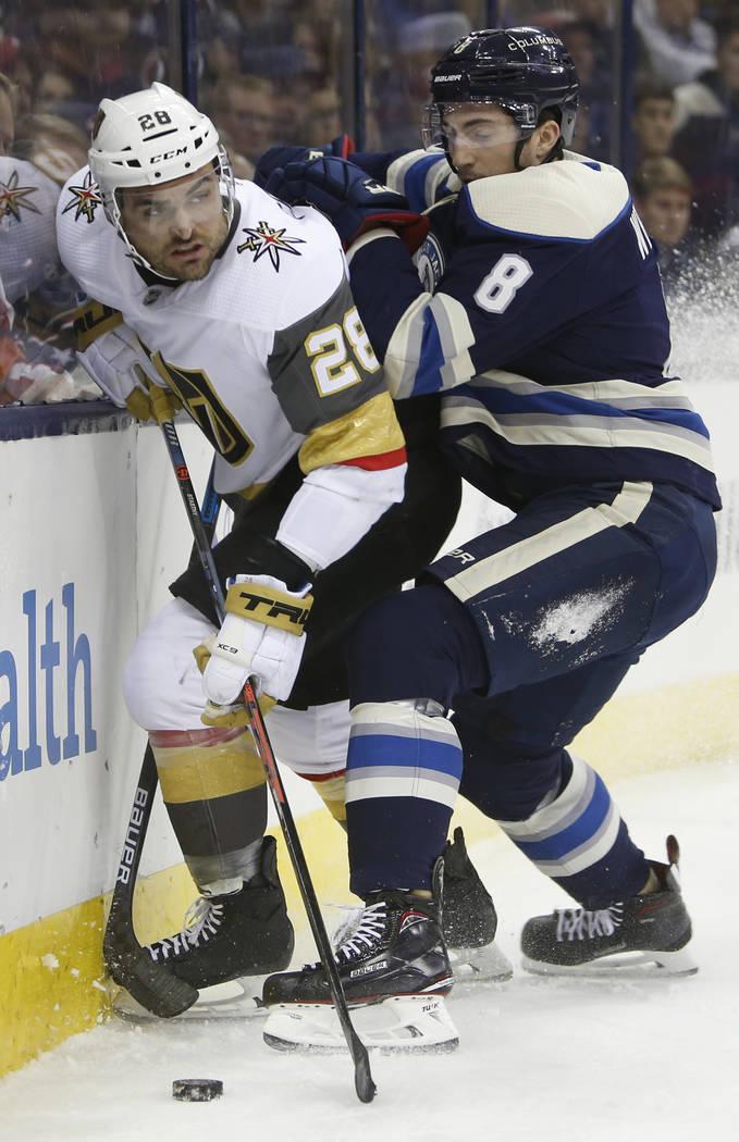 William Carrier de Vegas Golden Knights, a la izquierda, busca un pase abierto mientras Zach Werenski de Columbus Blue Jackets defiende durante el primer período de un juego de hockey de la NHL e ...
