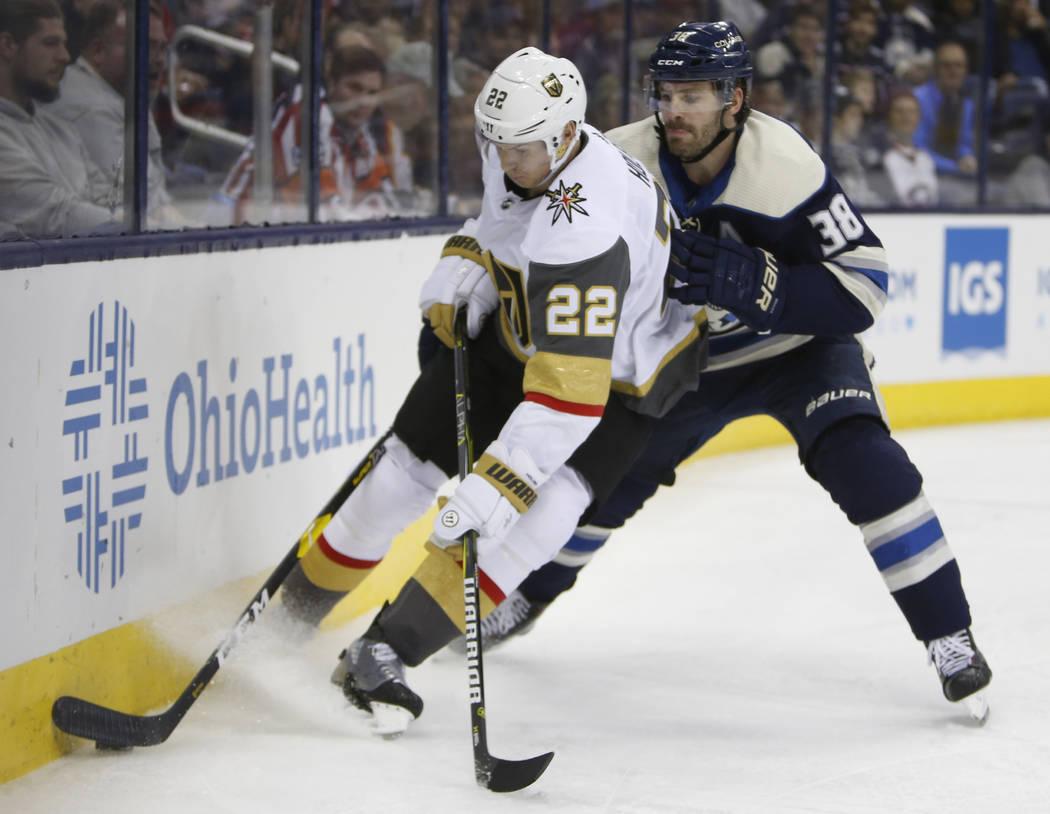 Boone Jenner, de Columbus Blue Jackets, a la derecha, intenta quitarle el puck al Nick Holden de los Golden Knights de Las Vegas durante el segundo período de un juego de hockey de la NHL el lune ...