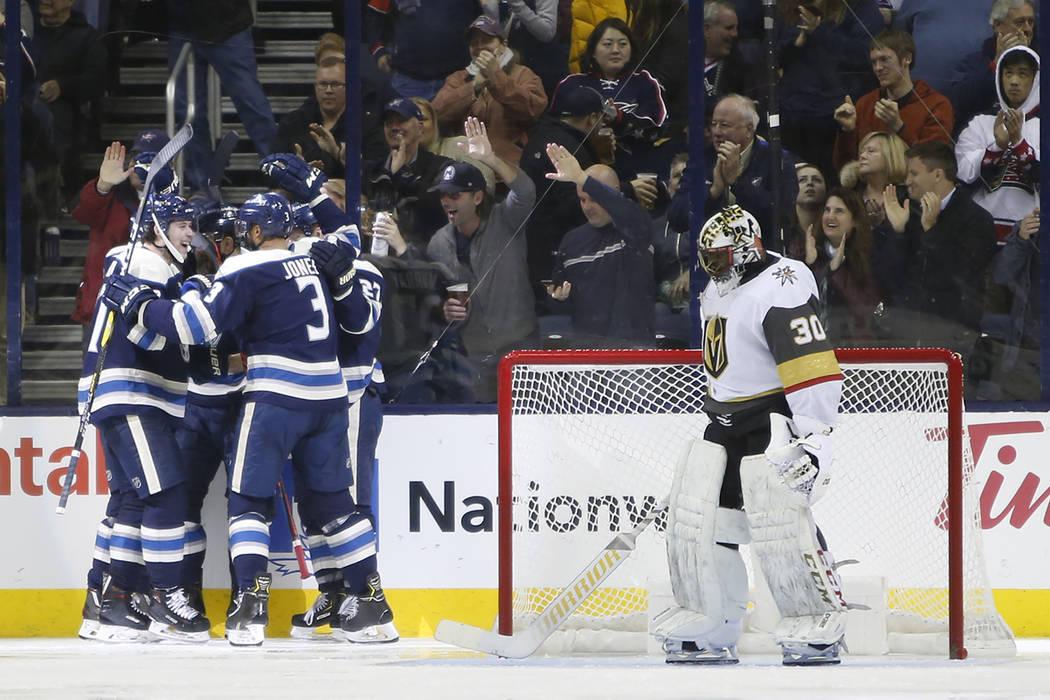 Los jugadores de los Columbus Blue Jackets celebran su gol contra Malcolm Subban de Vegas Golden Knights durante el tercer período de un juego de hockey de la NHL el lunes 17 de diciembre de 2018 ...