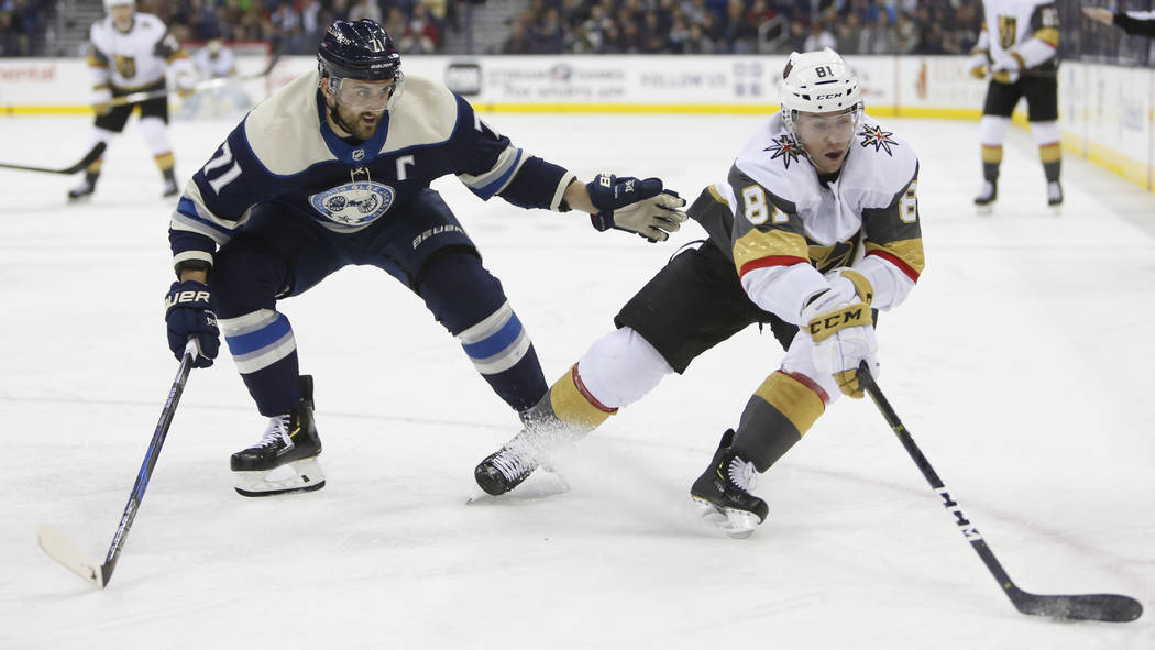 Jonathan Marchessault, de los Golden Knights de Vegas, a la derecha, controla el disco mientras Nick Foligno de los Columbus Blue Jackets defiende durante el tercer período de un juego de hockey ...