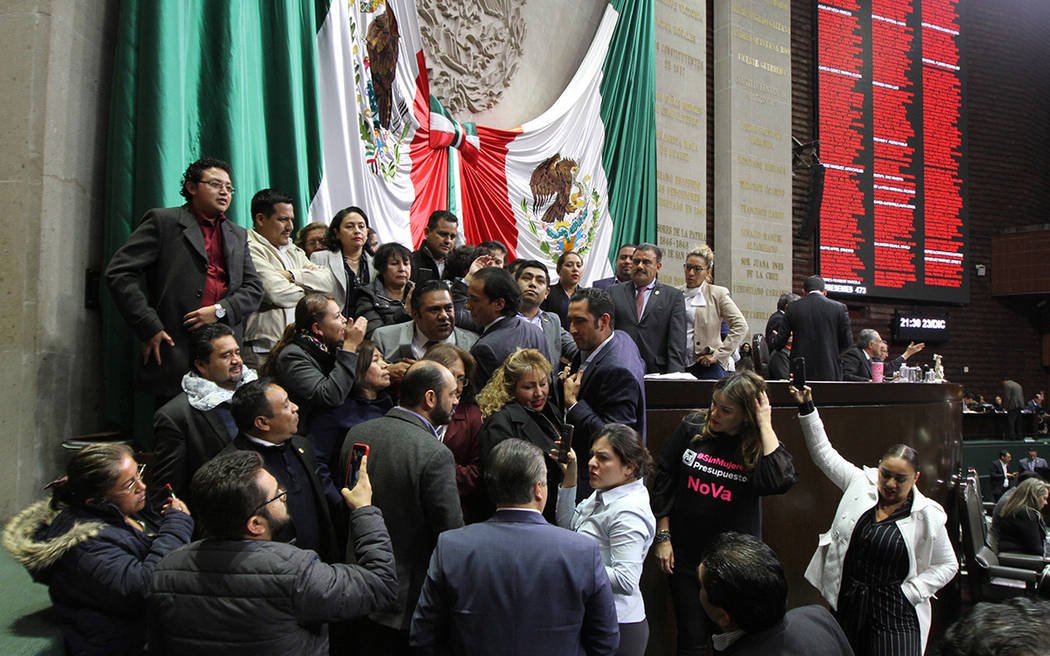 ARCHIVO. México, 23 Dic 2018 (Notimex-Jorge Arciga).- Con la tribuna custodiada por los legisladores aliados de Morena para evitar sea tomada por panistas, el presidente de la Mesa Directiva, Por ...