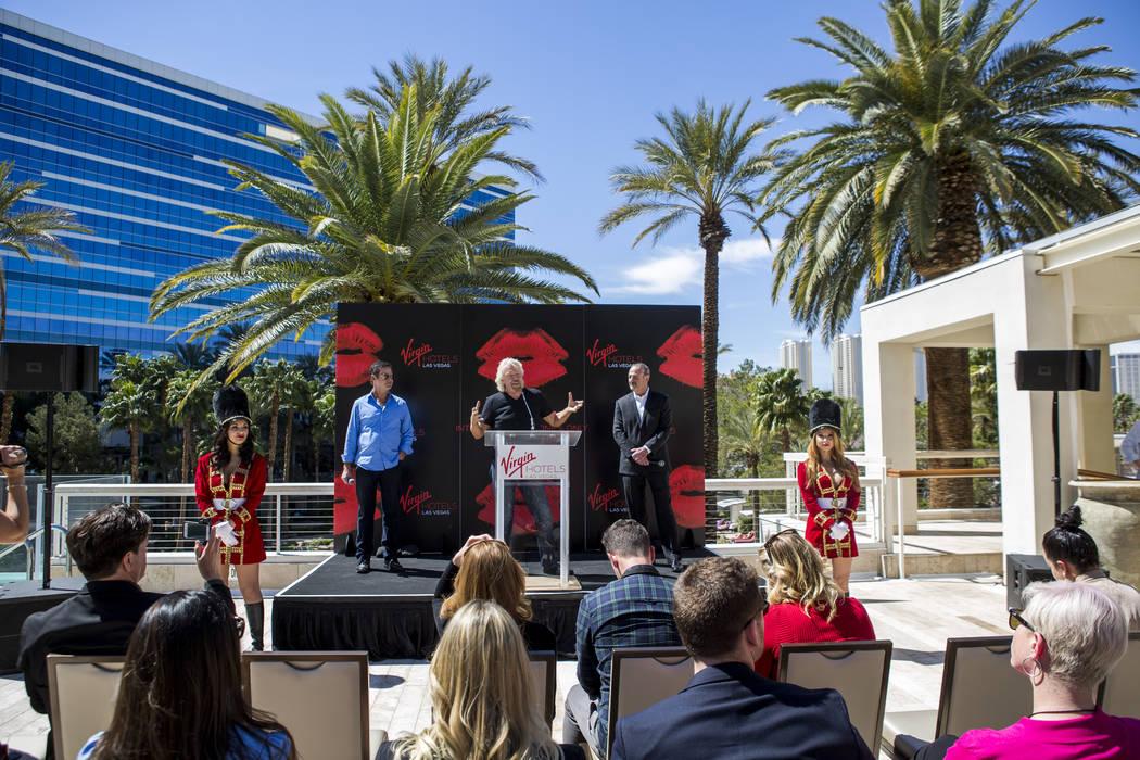 El fundador de Virgin Group, Sir Richard Branson, centro, socio y director general de la propiedad, Richard 'Boz' Bosworth, centro derecha, y el director general de Virgin Hotels, Raul Leal, conte ...
