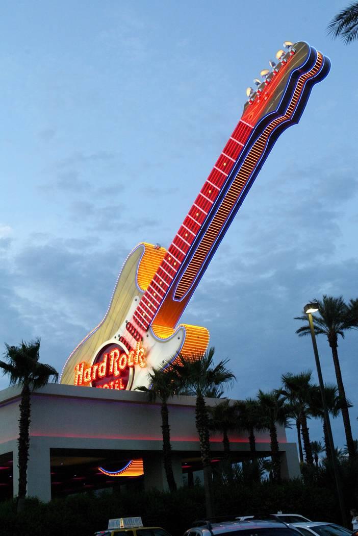 Negocios: vista exterior del Hard Rock Hotel Casino, 22 de julio de 2003. Foto de RJ por Craig L. Moran Slugged; hardrock6_072303