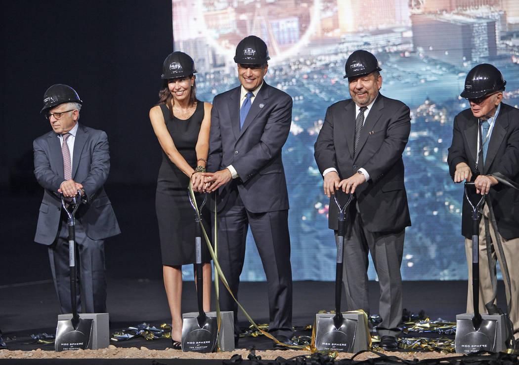 Los políticos y los ejecutivos de la empresa inician el camino para Madison Square Garden Sphere, un nuevo local que se inaugurará en 2021 en Las Vegas, el jueves 27 de septiembre de 2018. El lo ...