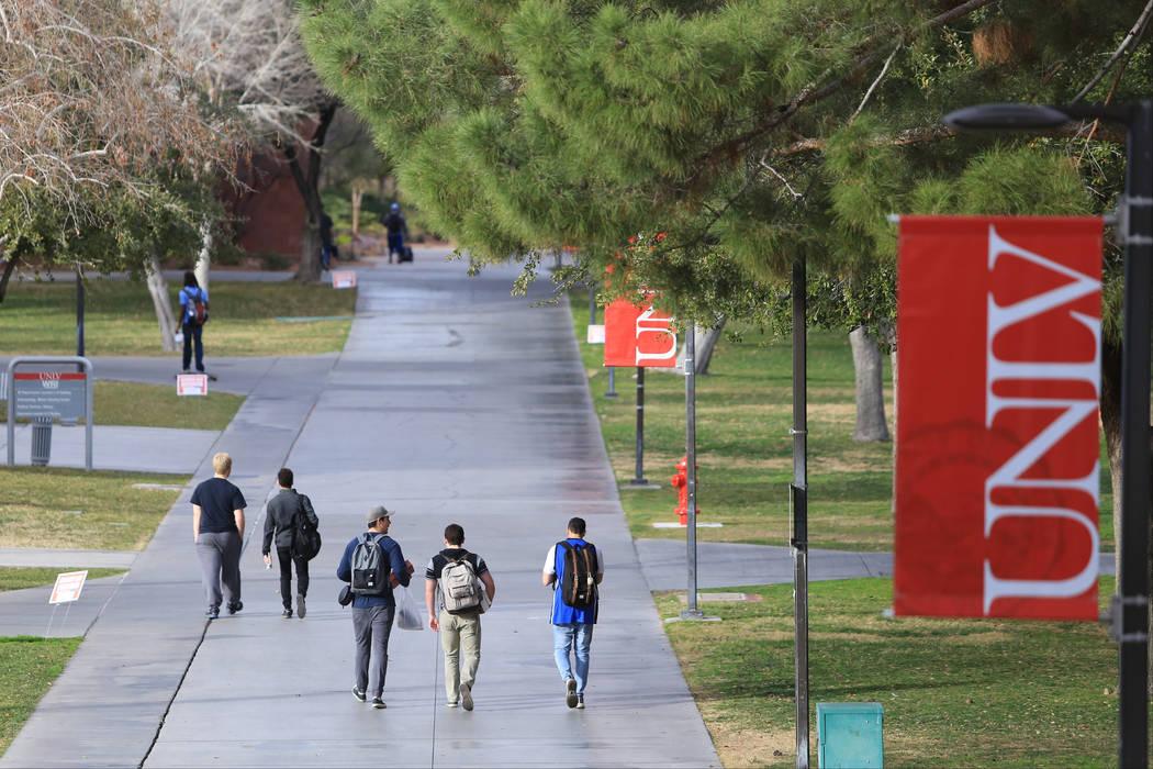 Los estudiantes caminan por una acera en la UNLV el jueves 9 de febrero de 2017, en Las Vegas. La alta temperatura del viernes rondará los 70 grados. Brett Le Blanc / Las Vegas Review-Journal. Si ...