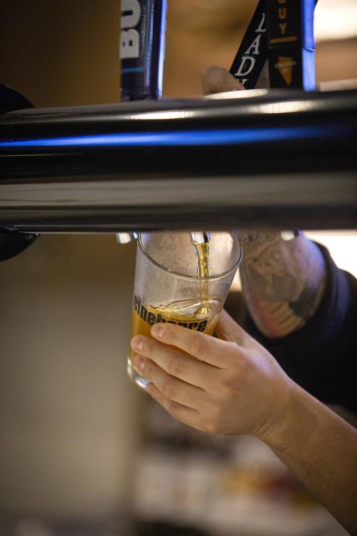 Un empleado vierte una cerveza en Regal Cinebarre, el nuevo cine de Palace Station, que acoge su gran apertura en Las Vegas, el martes 18 de diciembre de 2018. Caroline Brehman / Las Vegas Review- ...