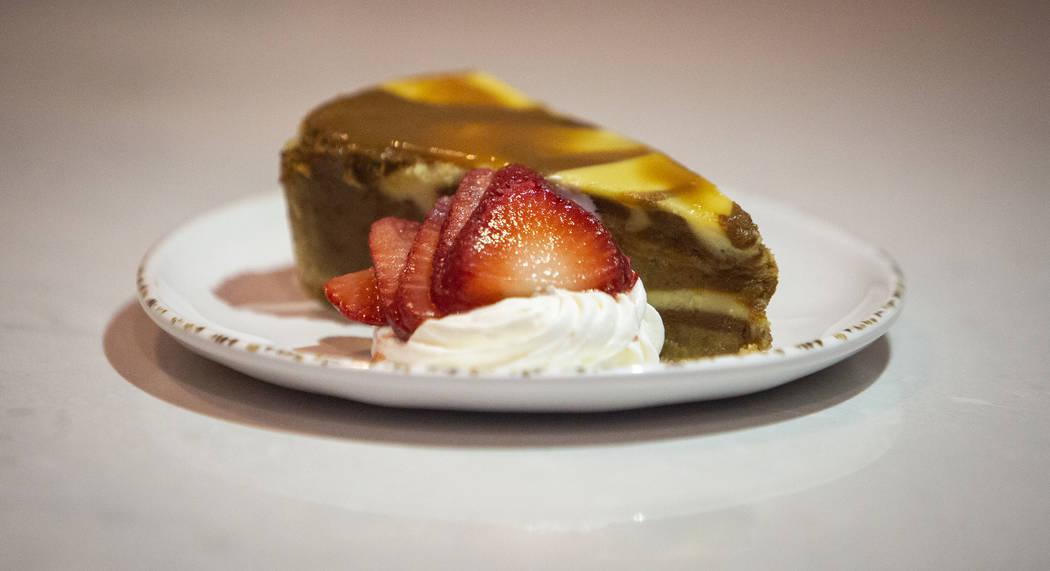 El pastel de queso con caramelo salado es uno de los artículos que se sirven en el Cinebarre de Regal, el nuevo cine de Palace Station, en Las Vegas, el 18 de diciembre de 2018. Caroline Brehman ...