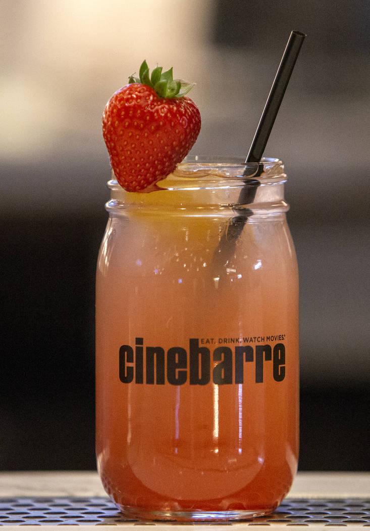 Una limonada con fresa es uno de los artículos que se sirven en Regal's Cinebarre, el nuevo cine de Palace Station, en Las Vegas, el martes 18 de diciembre de 2018. Caroline Brehman / Las Vegas R ...