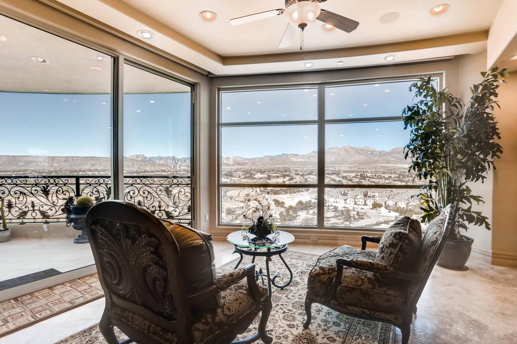 Este condominio de 5 mil 844 pies cuadrados en One Queensridge Place - 9103 Alta Drive, unidad 1501 - se vendió por $4.15 millones en junio. (Char Luxury Real Estate)