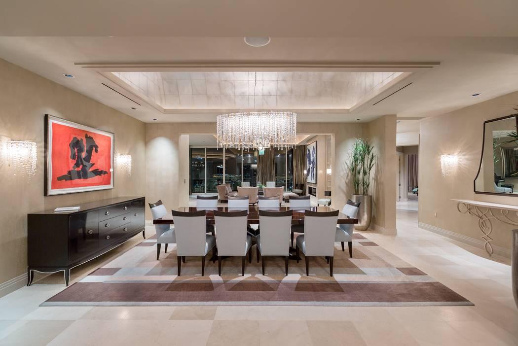 Este condominio de 8 mil 205 pies cuadrados en Turnberry Place, 2777 Paradise Road, unidad 3801, se vendió por $5.5 millones en agosto. (El grupo Ivan Sher)