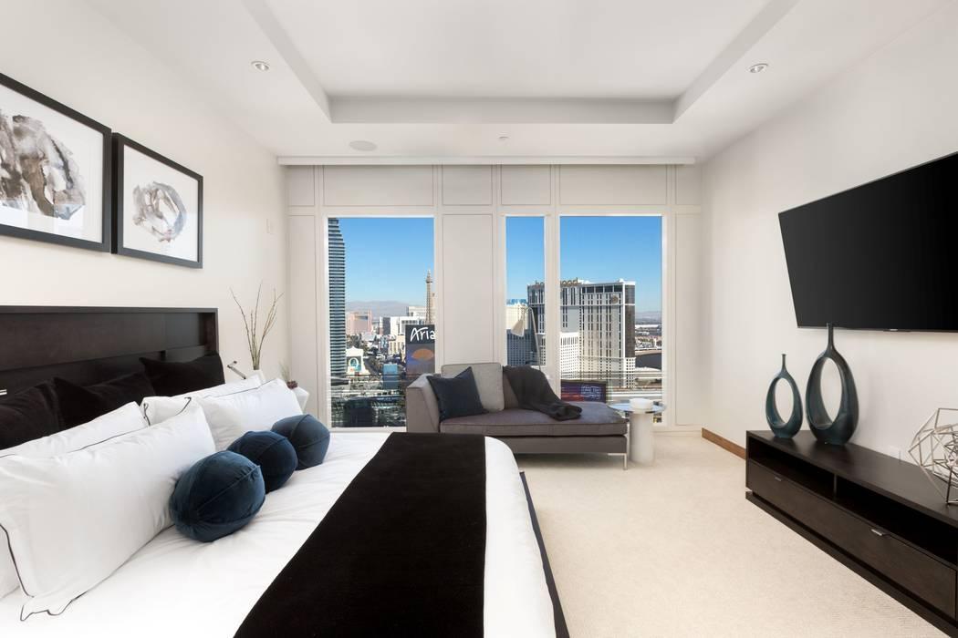 Este condominio de 2 mil 998 pies cuadrados en el Waldorf Astoria - 3750 Las Vegas Blvd. Sur, unidad 2403 - vendida por $4.3 millones en febrero. (Luxury Estates International)
