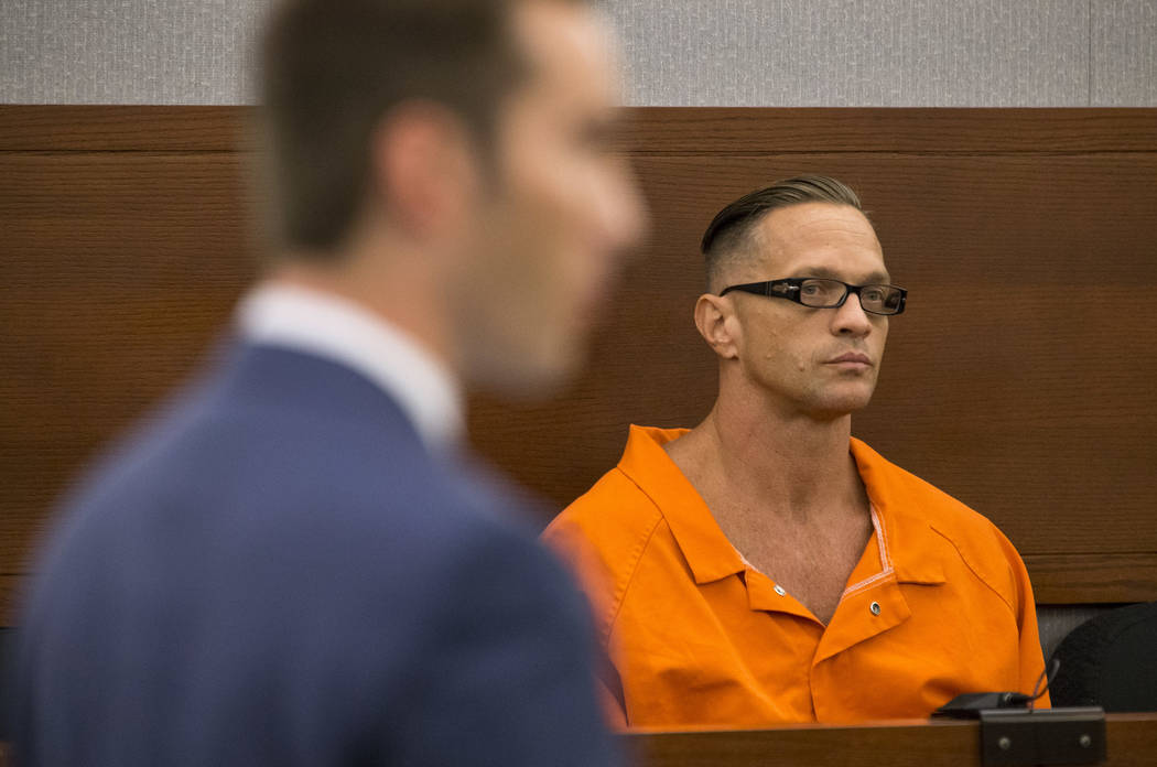 El preso condenado a muerte, Scott Dozier, comparece ante la jueza de distrito Jennifer Togliatti durante una audiencia en el Centro Regional de Justicia de Las Vegas el 11 de septiembre de 2017. ...