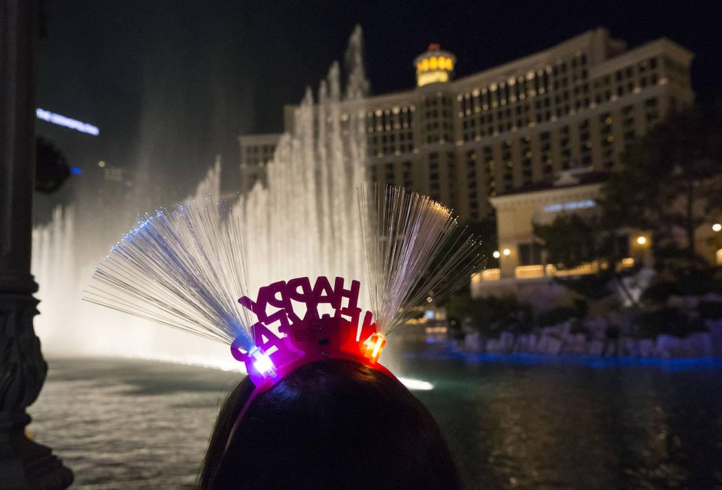 La gente ve las fuentes del Bellagio en la víspera de Año Nuevo, el domingo 31 de diciembre de 2017. Richard Brian Las Vegas Review-Journal @vegasphotograph