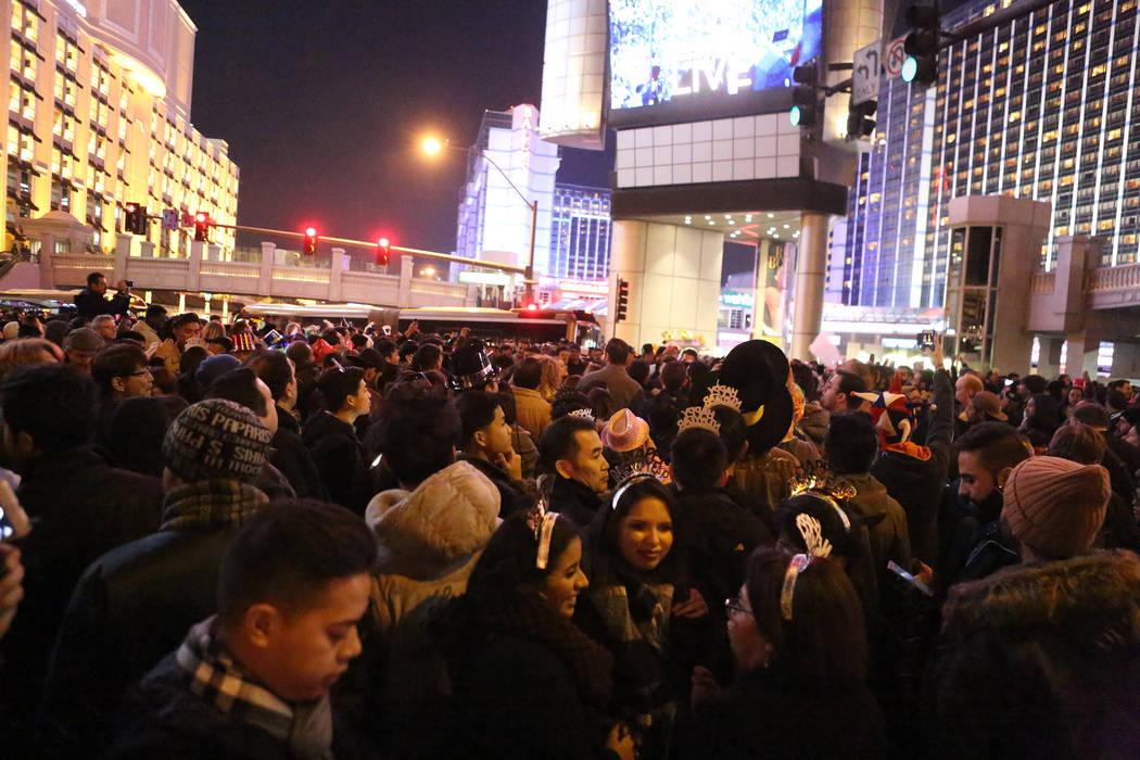 Miles se reúnen en Las Vegas Boulevard, en Flamingo Road, en espera del espectáculo de fuegos artificiales de Año Nuevo el domingo 31 de diciembre de 2017. Michael Quine Las Vegas Review-Journa ...
